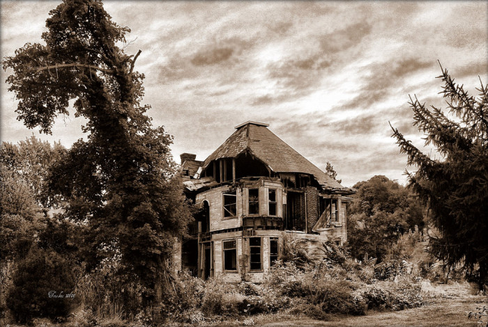 7) This abandoned house is somewhere in Friendly, West Virginia.