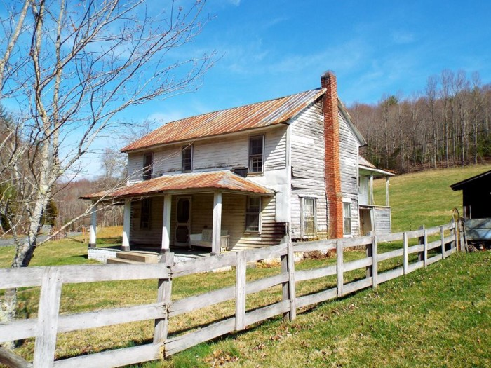 3. An old white house is illuminated by the Carolina sun on a hill in the quiet countryside.