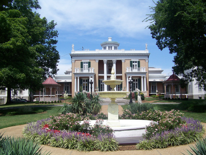 4) Belmont University is stuck straight in the heart of Nashville and it's where you will find the stunning Belmont mansion. Designed and modeled after an Italian villa, the mansion was originally owned by Adelicia Acklen Hayes.