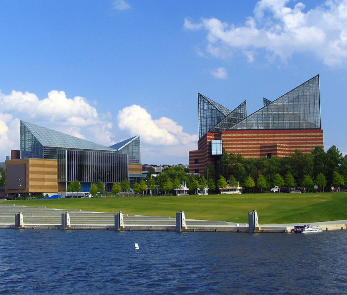 18) Home of the largest freshwater aquarium