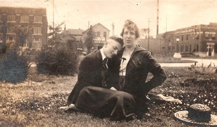 8) You can only imagine the story behind this photo from Memphis in the early twentieth century.