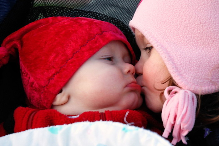 1024px-Smooches_(baby_and_child_kiss)