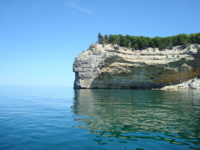 640px-Indian_Head_Pictured_Rocks_Michigan