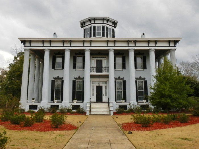 10 oldest surviving plantation homes in alabama for Plantation columns