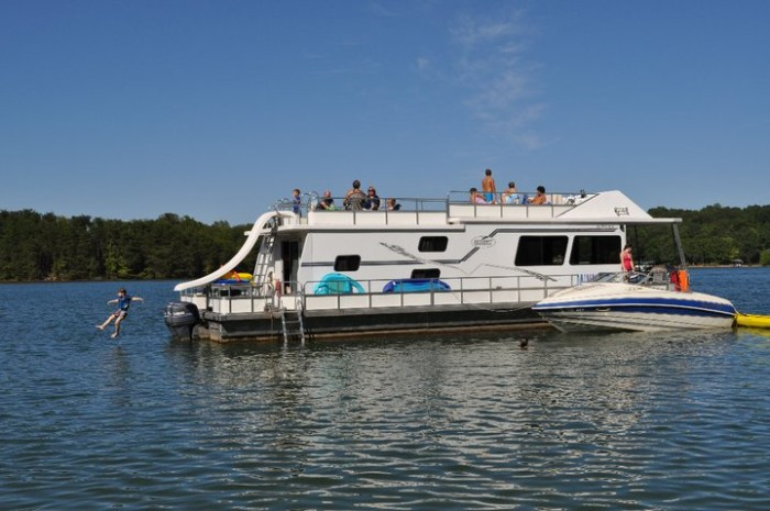 3. Parrot Cove Houseboat Rentals, Moneta