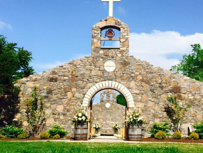 2. Sassafras Springs Vineyard: This luxurious new venue in Springdale, Arkansas is a great choice for a wedding.