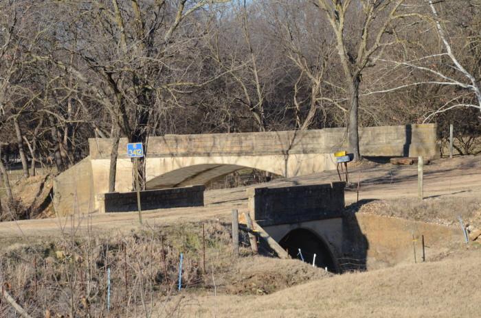 4. Twin Bridges Historic District: The Twin Bridges Historic District is an area surrounding two closed-spandrel, concrete-deck bridges completed in 1922 by the Luten Bridge Company.