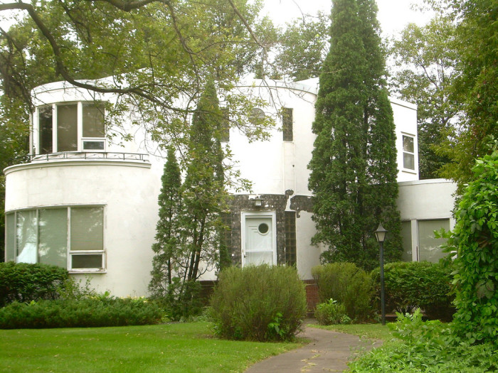 5. This interesting house is located in Grand Forks, North Dakota and it's style of architecture is Art Moderne. During the mid-twentieth century, this particular style of architecture was very popular.