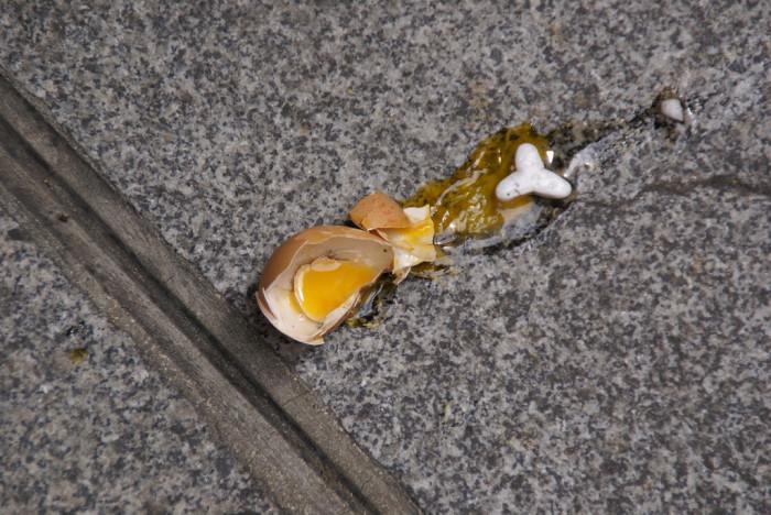 1. Frying an egg on the sidewalk