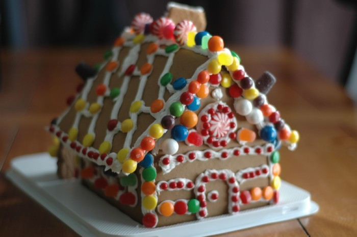 6. The largest gingerbread house once stood IN OUR MALL. Texas did later beat us, but it's never too late for a comeback.