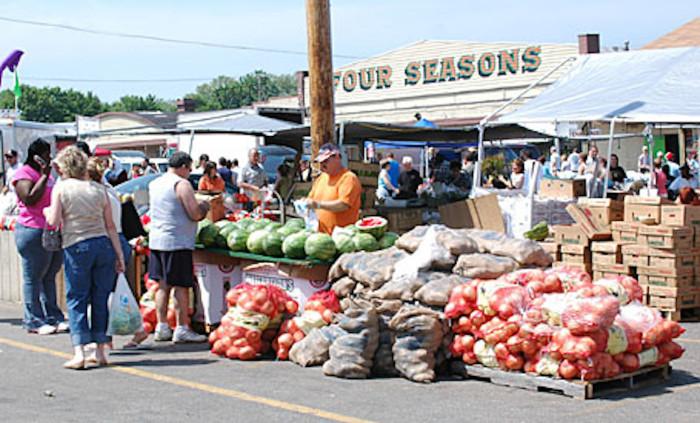 9) Four Seasons Flea and Farm Market (Youngstown)
