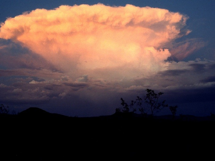 8. A summer thunderstorm is hovering over Las Vegas. CHECK OUT THAT CLOUD!!!