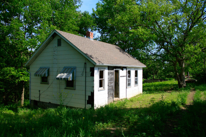 A ghost town hunter stumbled across this fairly modern abandoned home when looking for Minersville in 2008.