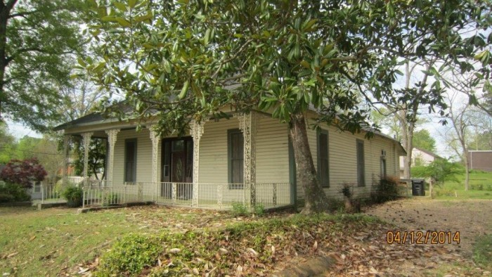 3. At $9,900, this Meridian home may be a fixer-upper but it is well worth it.
