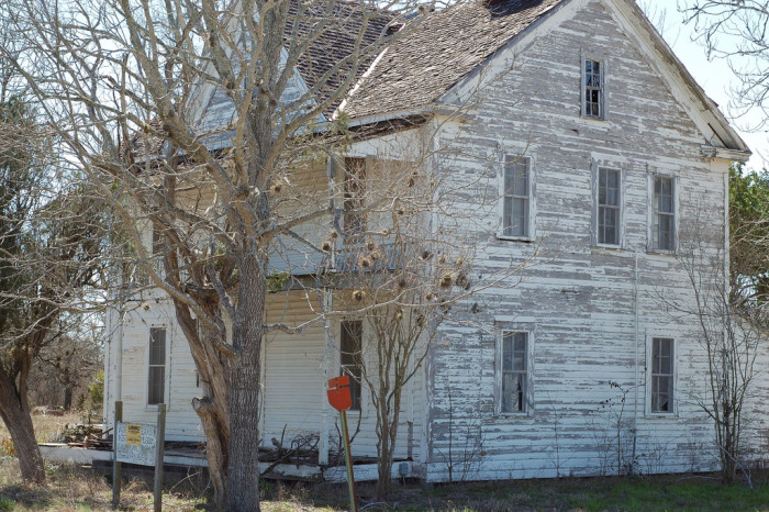 5) The ole White House in Normana, Texas looks mighty spooky.