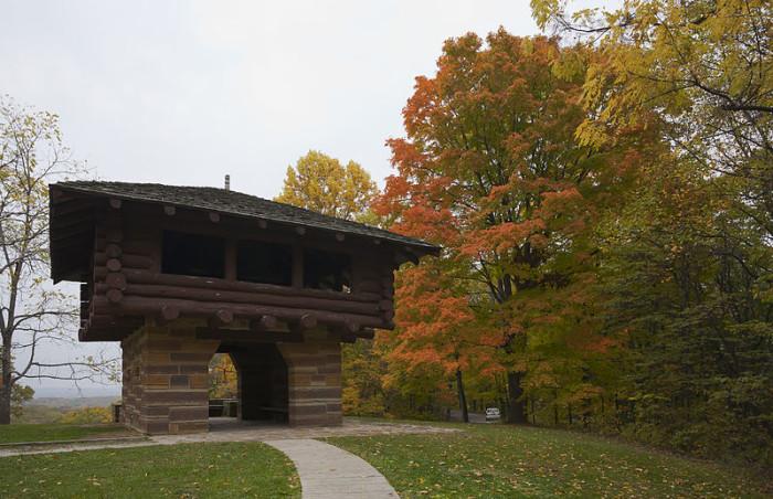 800px-Torre_de_observación,_Parque_Estatal_Brown_County,_Indiana,_Estados_Unidos,_2012-10-14,_DD_02
