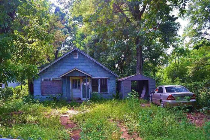 4. This bright 3 bedroom, 1 bedroom fixer-upper is located near the Navy base in Downtown Pensacola. At $9,900 this could become a nice home with the right buyer.