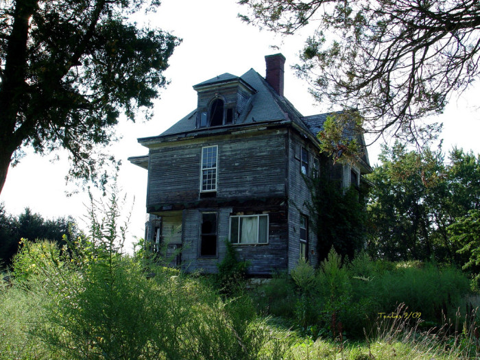 3. This creepy abandoned house ironically located in Friendly, W.Va.