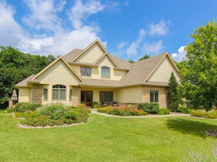 10 Mansions In Iowa That Are Cheaper Than 1 Bedroom In NYC
