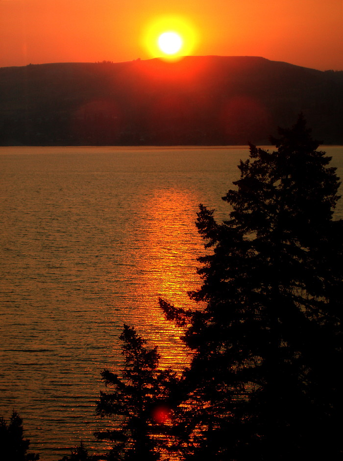 7. Oooh...isn't this sunrise by Lake Roosevelt charming?