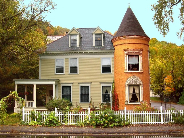13) This adorable little home--part colonial, part castle