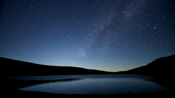 12) Lake Waiau at night is absolutely breathtaking – though can you really call it a lake if it's a mere 100 meters wide?