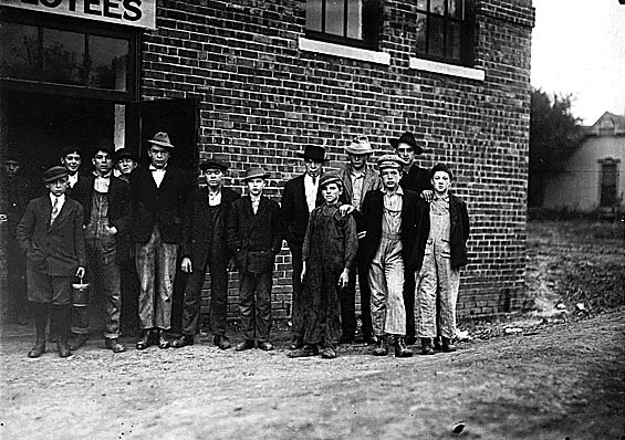 13.Child workers in Kirksville, 1910.