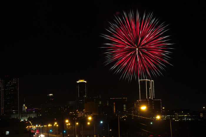 6) These fireworks over a city in Texas are so perfect that it almost seems like a painting!