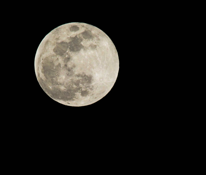 7) A mesmerizing full moon captured on a clear, starry night in Houston, Texas! Wow!