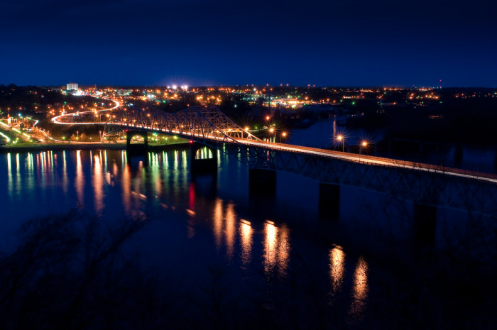 10. A spectacular night view of O'Neal Bridge, which connects the cities of Sheffield and Florence.