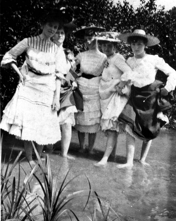 Women showing their ankles in Pensacola, 1905