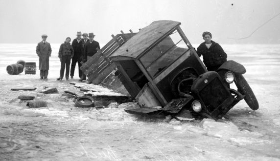 10) Here, this beer-laden truck has broken through the ice of Lake St Clair while en-route to Detroit from Canada.