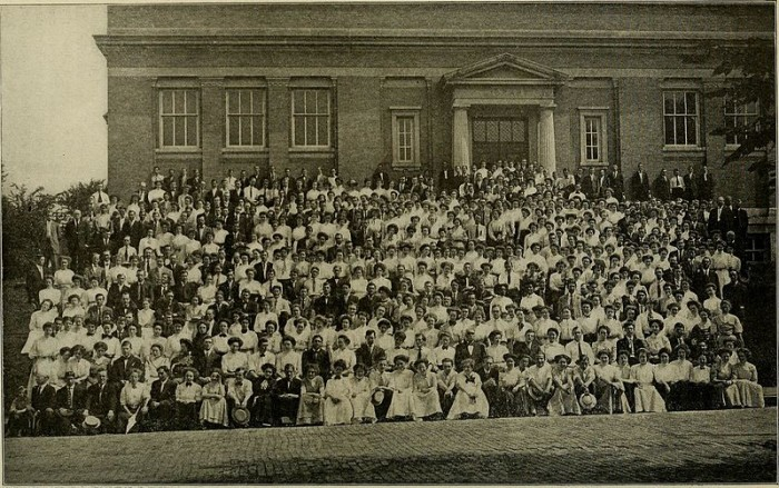 10. Summer school students at Ohio University in Athens, OH (Circa 1909)