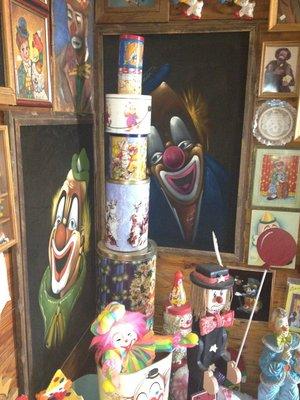 1. Grandpa Jerry's Clown Museum (Arriba)