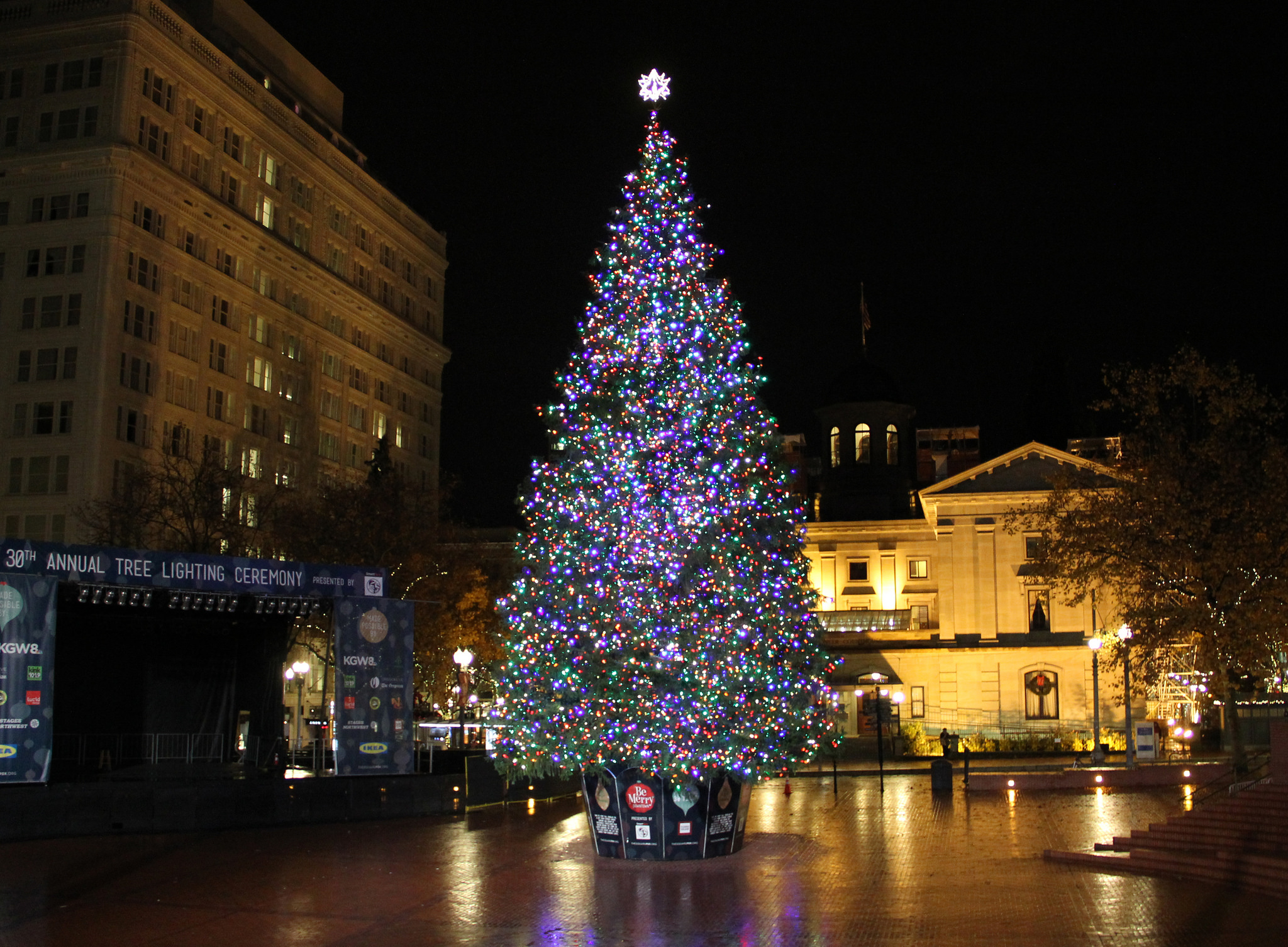 13 magical christmas towns in oregon for Christmas tree lighting indianapolis 2015