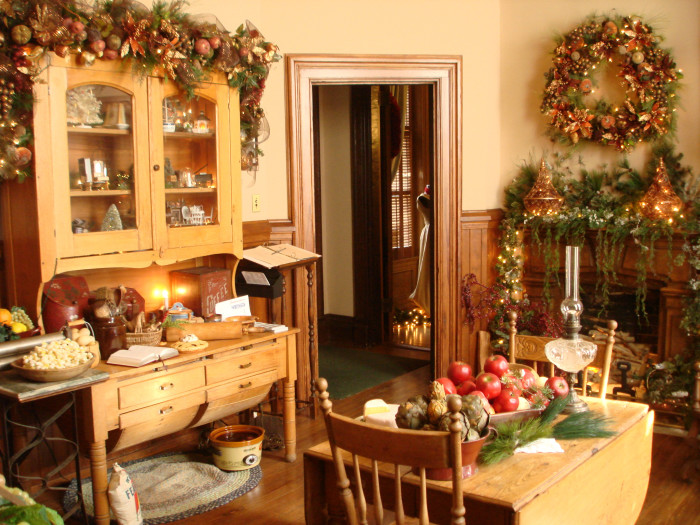 The top 14 christmas towns in missouri for Inside of houses decorated for christmas