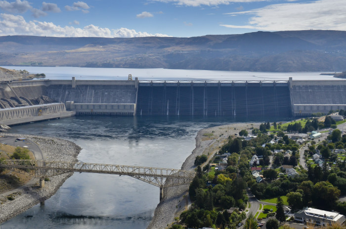 6. The Grand Coulee Dam is the biggest electric power facility in the nation. It's also the largest structure made out of concrete in the whole world!