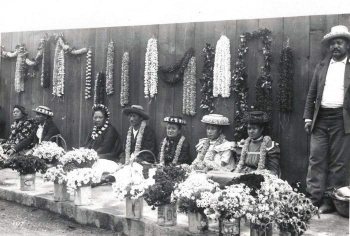 3 Native Hawaiians Sell Leis In 1901