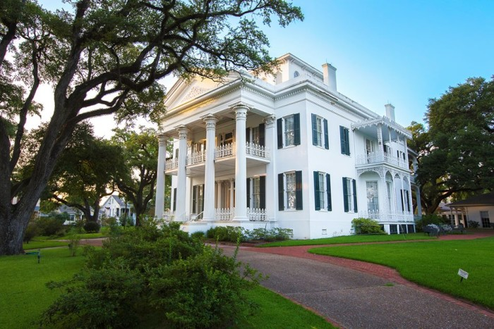 4. Take a Pilgrimage Tour in Natchez.
