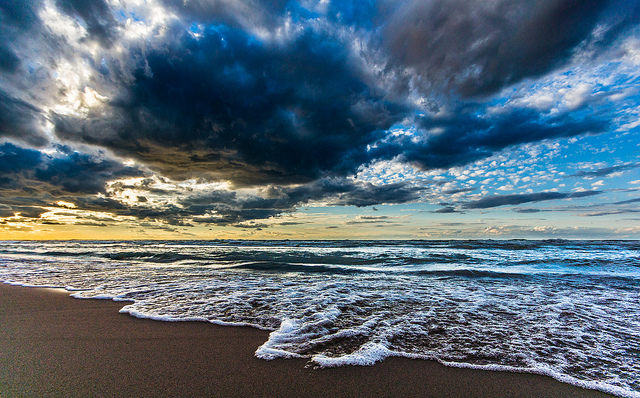7. Can you believe such a beautiful beachfront exists in Indiana? This sunrise at Lake Michigan is incredible!