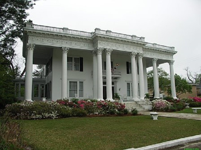 4. Attend the Eufaula Pilgrimage: Alabama's Oldest Tour of Homes.