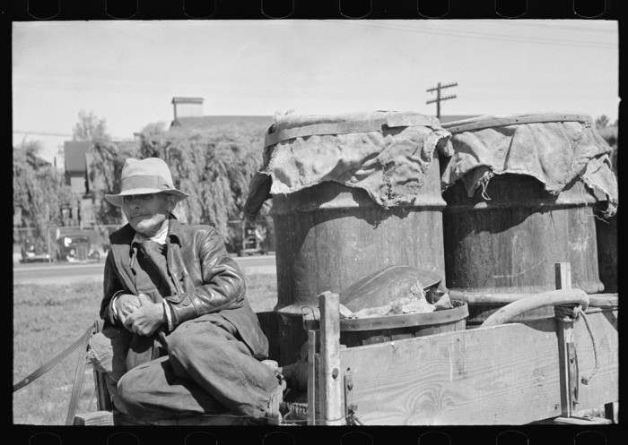 14. Farmers waiting in a wagon in Owensboro 1938 at a liquid feed loading station