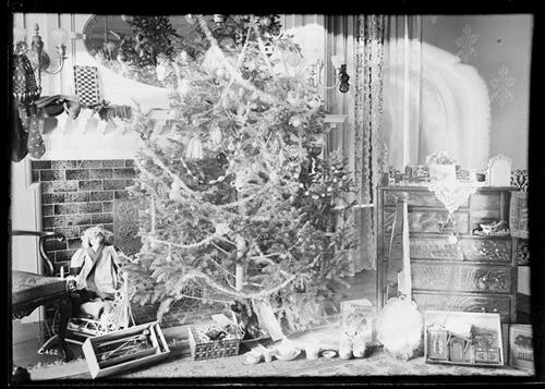 "10. ""Idaho Springs living room at Christmas"" (1901)."