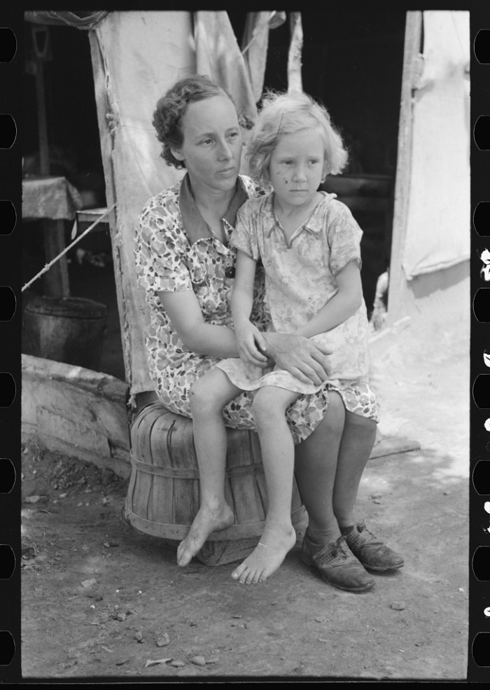25. A mother and child of agricultural day laborers encamped near Spiro in Sequoyah County in 1939.