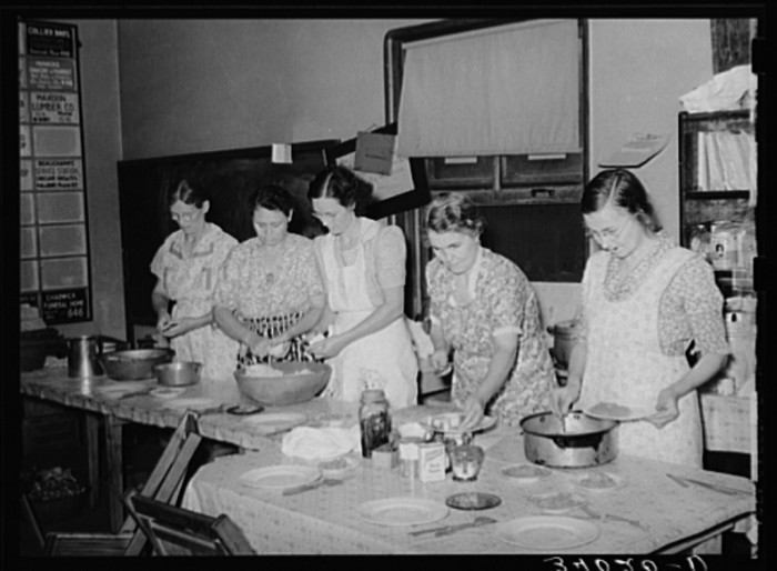 "20. ""Wives of striking members of oil workers union preparing lunch for picketers. Seminole, Oklahoma."""