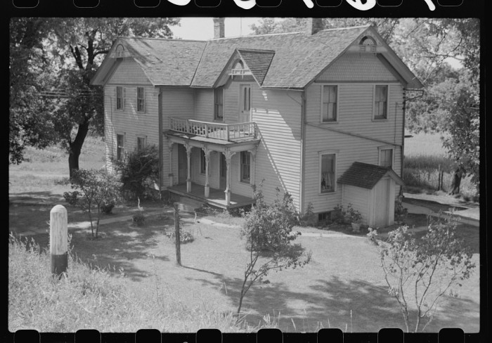 17. Check out this Dodge farmhouse in 1941.