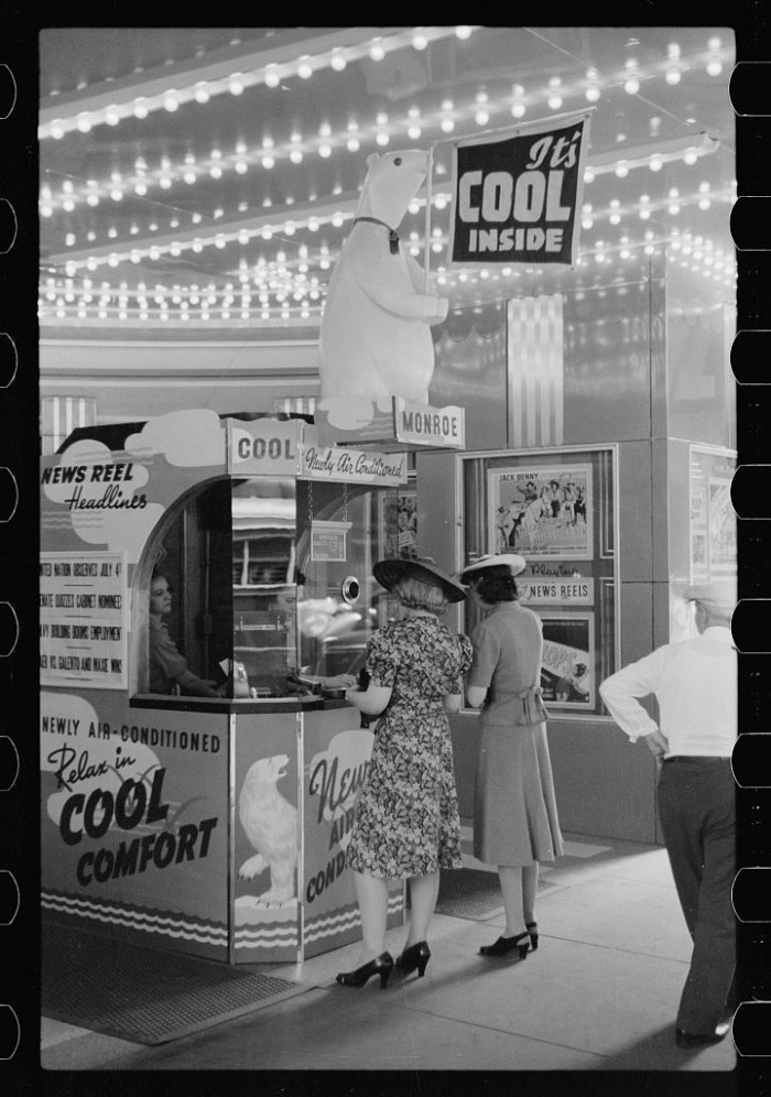 21. This is what movie theaters looked like in 1941 in Chicago.