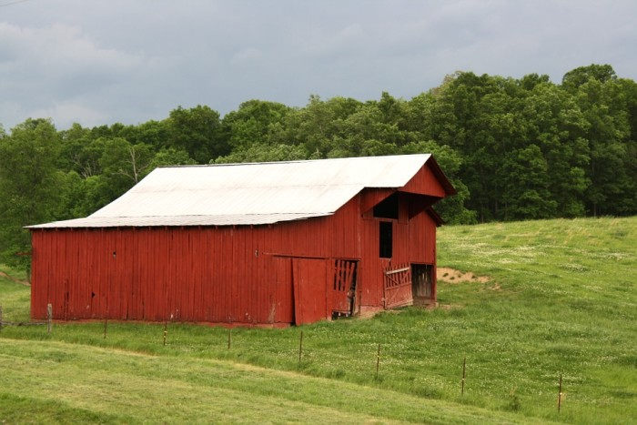 10) These red barns are scattered all across the Tennessee countryside