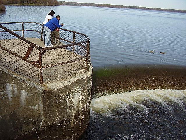 The Linesville Spillway Is The Oddest Attraction In