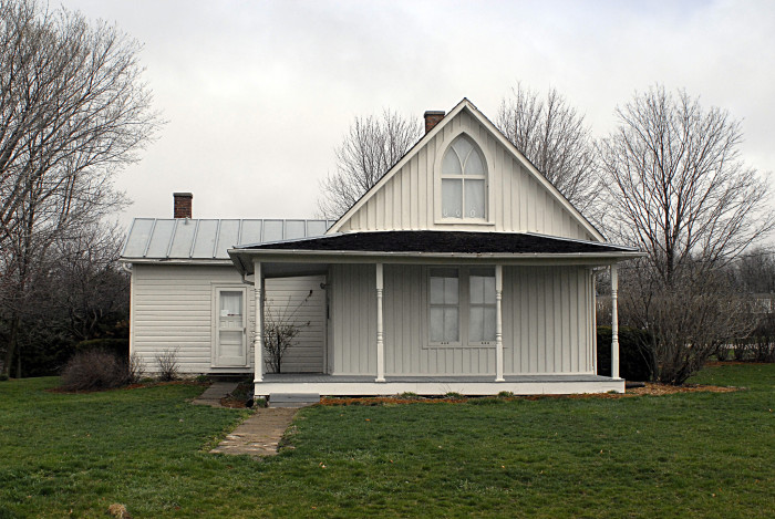 7. This iconic house where people now pose for photos with a pitchfork.